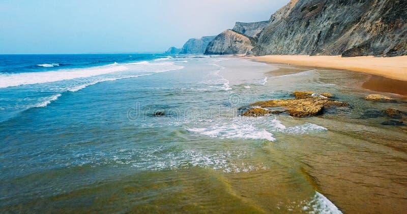 Luchtmening van Vliegende Hommel van Oceaangolven en Mooi Strand in Algarve royalty-vrije stock fotografie