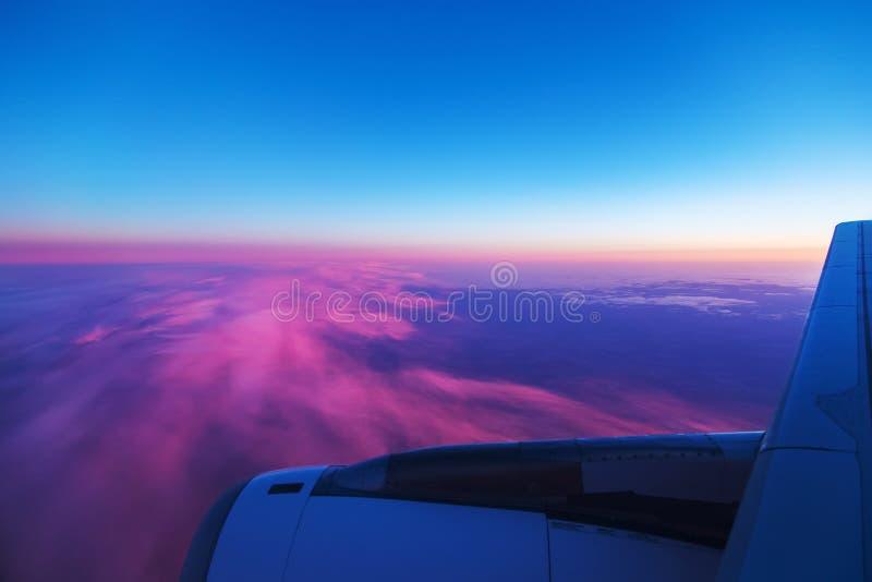 Luchtmening van vliegtuigvenster bij zonsopgang royalty-vrije stock fotografie
