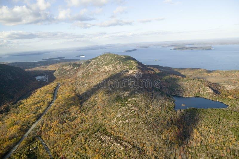 Luchtmening van 1530 voet - hoge Cadillac-Berg, Stekelvarkeneilanden en de Baai van Fransman, het Nationale Park van Acadia, Main stock foto