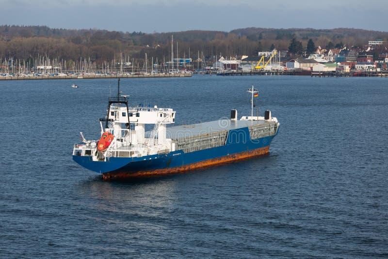 Luchtmening van vrachtschip in haven Kiel, Duitsland royalty-vrije stock foto's