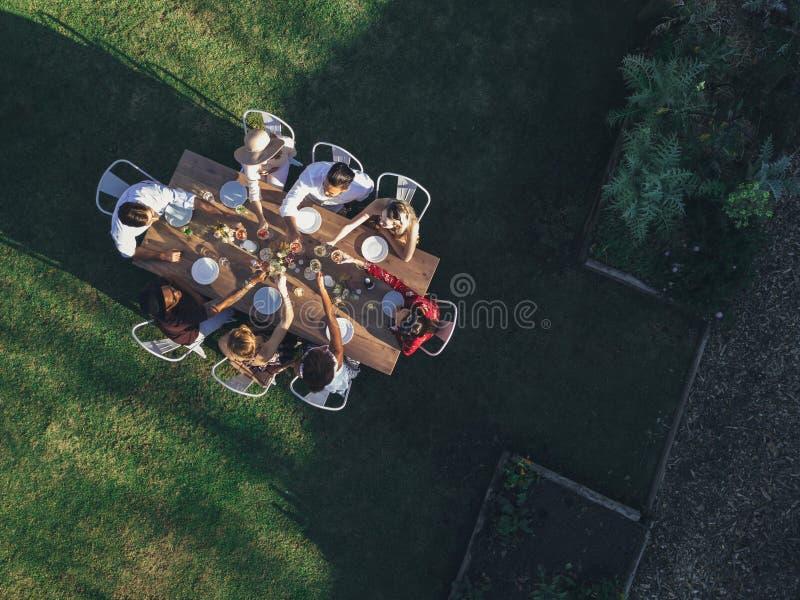 Luchtmening van vrienden die dranken roosteren royalty-vrije stock foto