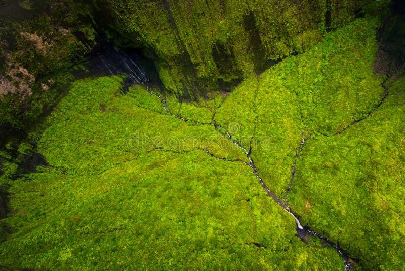 Luchtmening van waterstromen, rivier en weelderig landschap, Kauai royalty-vrije stock fotografie