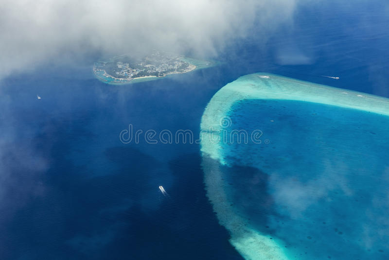 Luchtmening van watervliegtuig over Atollen stock afbeelding