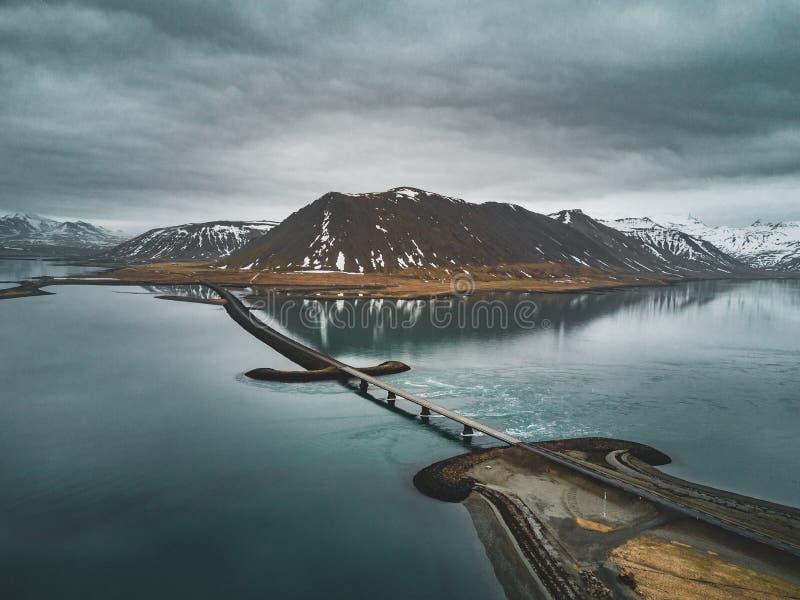 Luchtmening van weg 1 in IJsland met brug over het overzees in Snaefellsnes-schiereiland met binnen wolken, water en berg royalty-vrije stock afbeelding