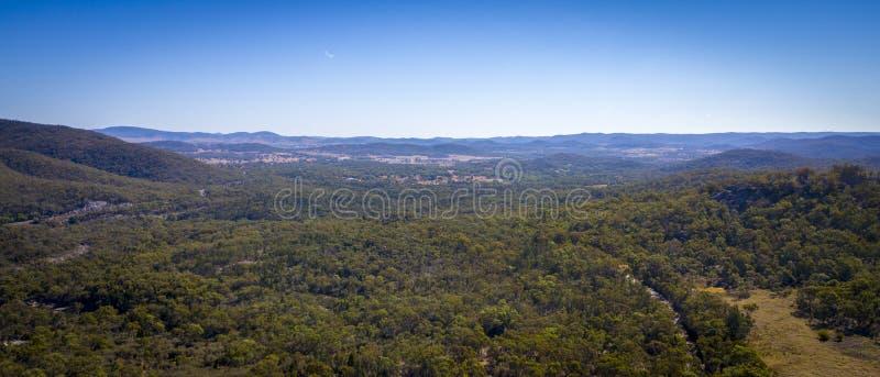 Luchtmening van wijngaarden en granietrotsen in Stanthorpe, Australië royalty-vrije stock afbeelding