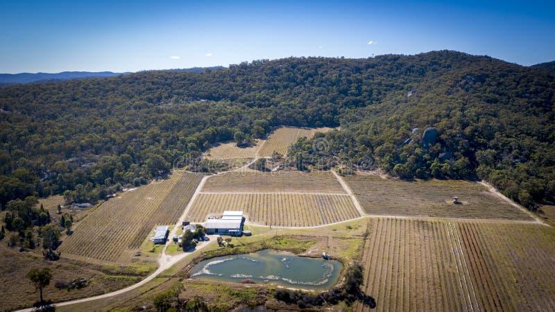 Luchtmening van wijngaarden en granietrotsen in Stanthorpe, Australië stock foto's