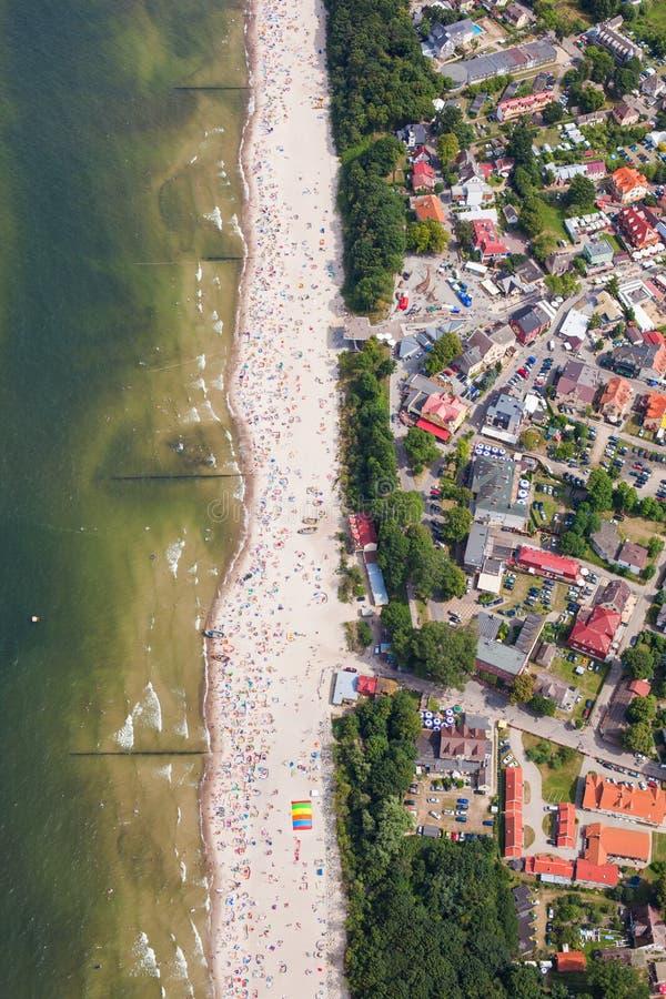 Luchtmening van zandig poetsmiddelstrand op Oostzee stock foto's
