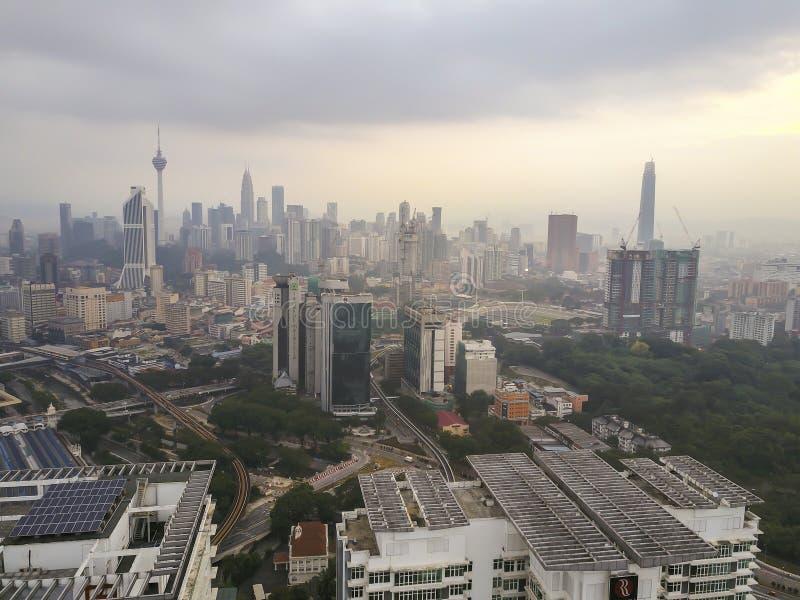 Luchtmening van zonsopgang bij Kuala Lumpur-stadshorizon tijdens strenge nevel royalty-vrije stock foto's