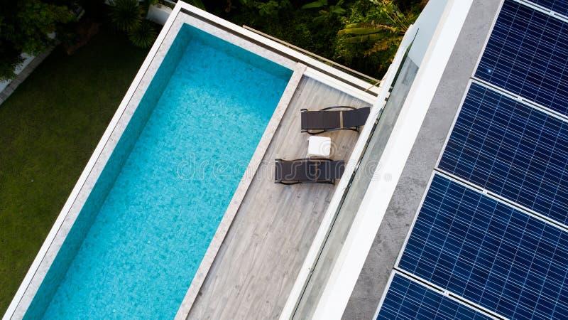 Luchtmening van zwembad en zonnepanelen royalty-vrije stock afbeelding