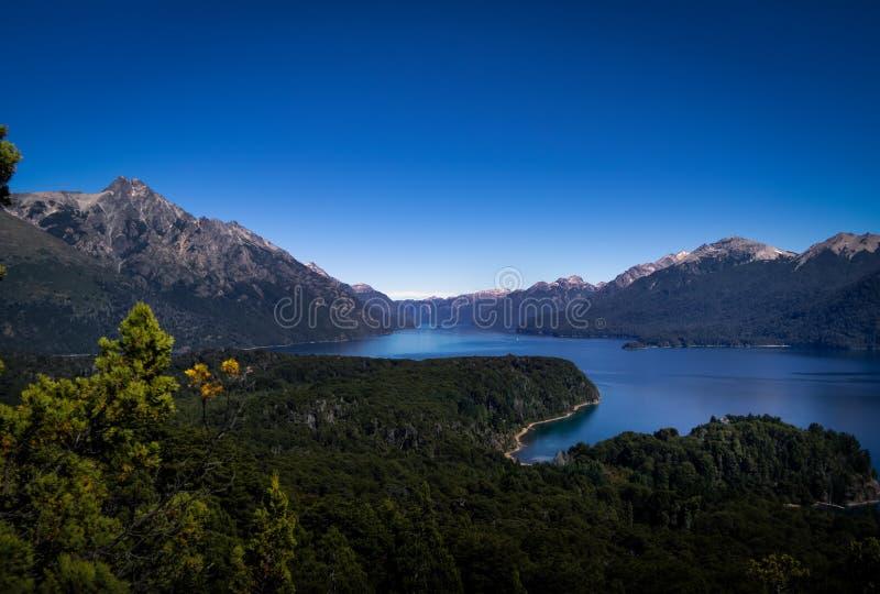 Luchtmening vanuit Cerro Llao Llao gezichtspunt in Circuito Chico - Bariloche, Patagonië, Argentinië royalty-vrije stock foto's