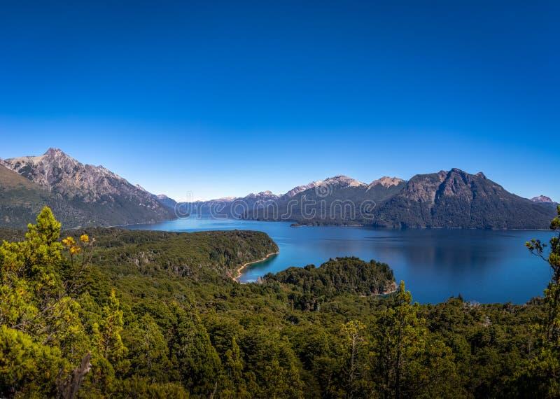 Luchtmening vanuit Cerro Llao Llao gezichtspunt in Circuito Chico - Bariloche, Patagonië, Argentinië royalty-vrije stock foto