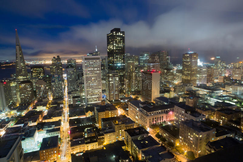 Luchtmeningen van San Francisco Financial District van Nob Hill, Schemer stock afbeeldingen
