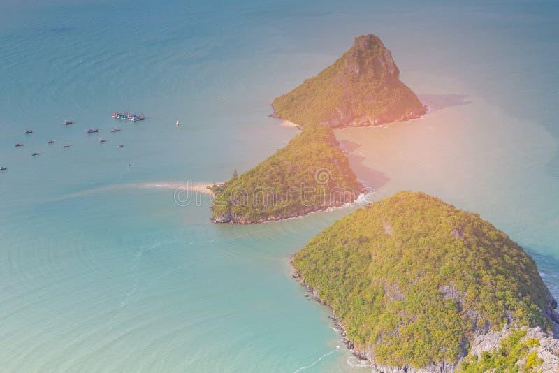 Luchtmenings klein eiland op de oceaan stock foto's