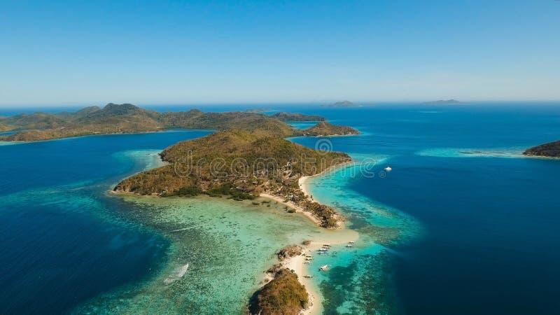 Luchtmenings mooi strand op een tropische Bulog Dos Island filippijnen royalty-vrije stock afbeeldingen