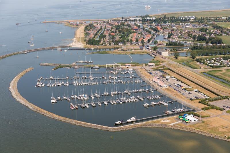 Luchtmenings Nederlands dorp Stavoren bij meer IJsselmeer met jachthaven stock afbeelding