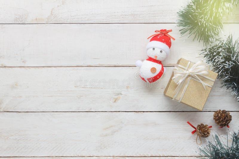 Luchtmeningsbeeld van de mooie sneeuwmens & gouden giftdoos met spar stock foto