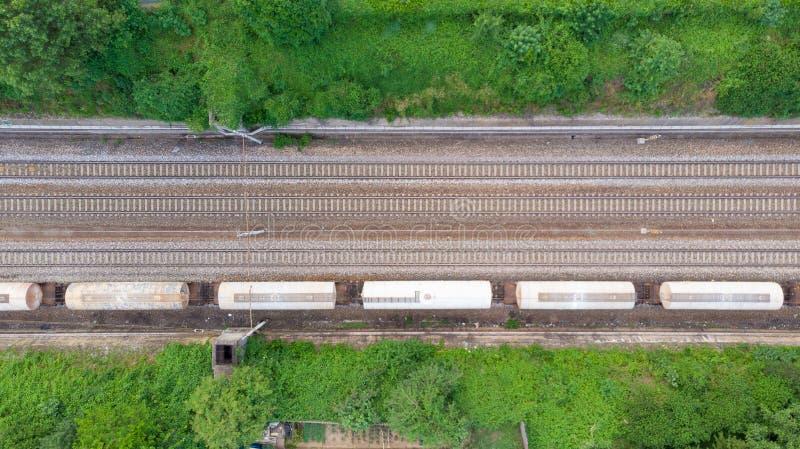 Luchtmeningsgoederentreinen in station De wagens van ladingstreinen op spoorweg, top down Conceptuele zware industrie, spoor binn stock foto's
