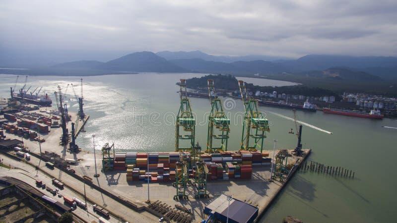Luchtmeningshaven van Santos - Containerschip die bij worden geladen royalty-vrije stock fotografie