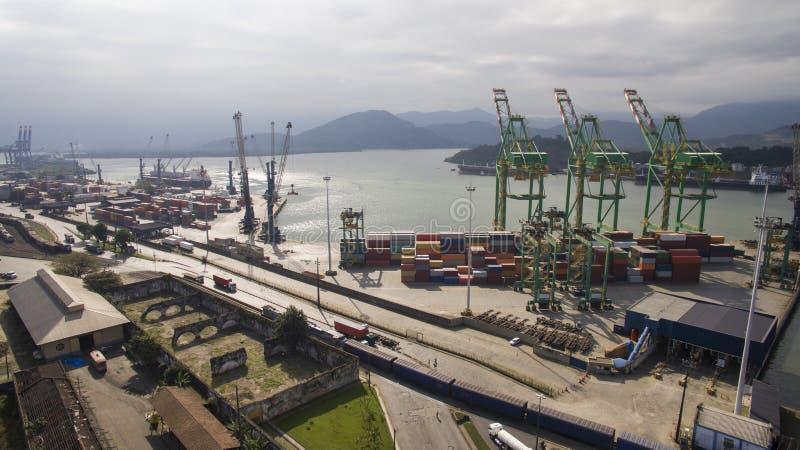Luchtmeningshaven van Santos - Containerschip die bij worden geladen stock afbeelding