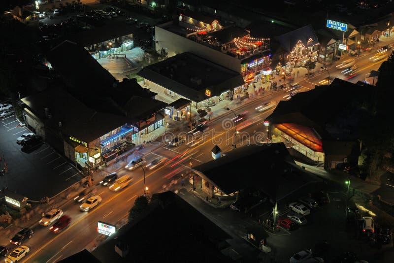Luchtnachtmening van de hoofdweg door Gatlinburg, Tennessee stock foto