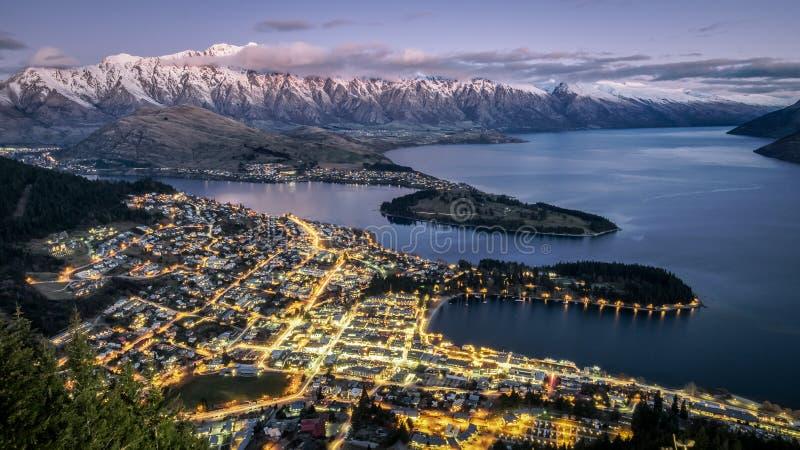 Luchtnachtmening van Queenstown en remarkables berg, Nieuw Zeeland stock fotografie