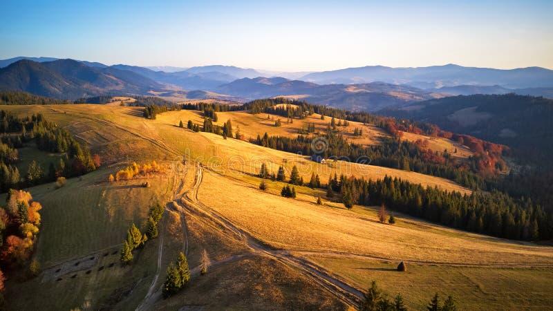 Luchtpanorama van de herfstbergketen stock afbeeldingen