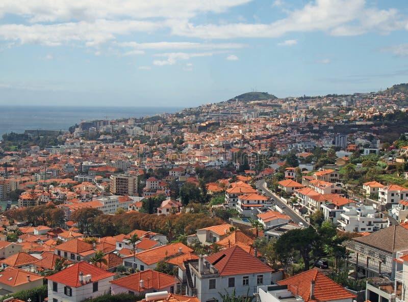 Luchtpanorama van de stad van Funchal in madera met daken en ori?ntatiepunten van de stad zichtbaar voor het overzees royalty-vrije stock foto