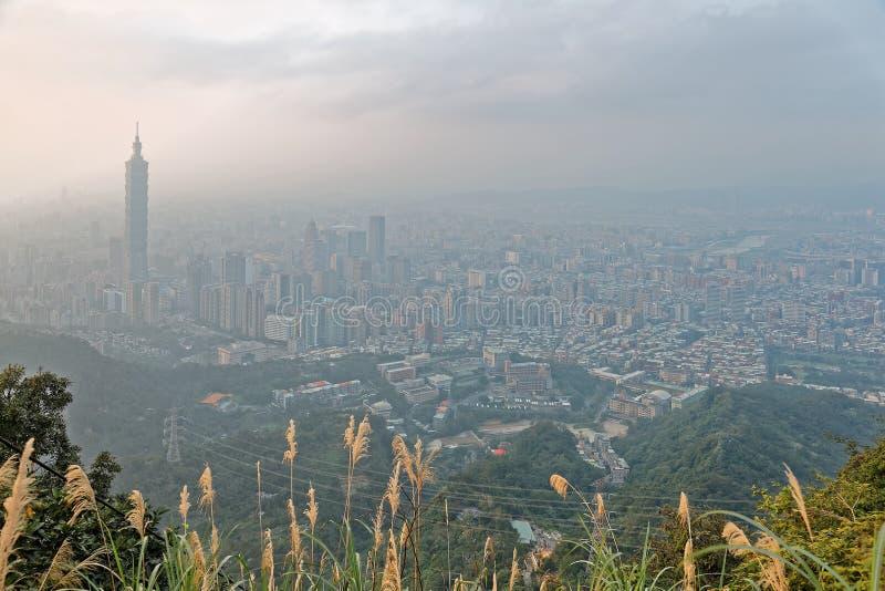 Luchtpanorama van de Stad van Taipeh bij mistige schemer met mening van de gebouwen van Taipeh op het gebied van de binnenstad royalty-vrije stock fotografie