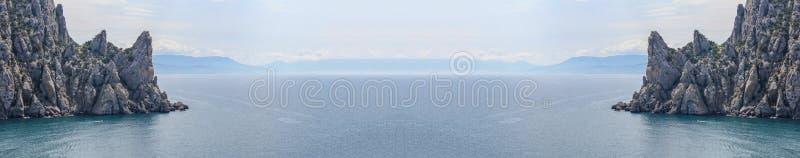 Luchtpanorama van het wilde strand en de klippen in de Krim stock afbeelding