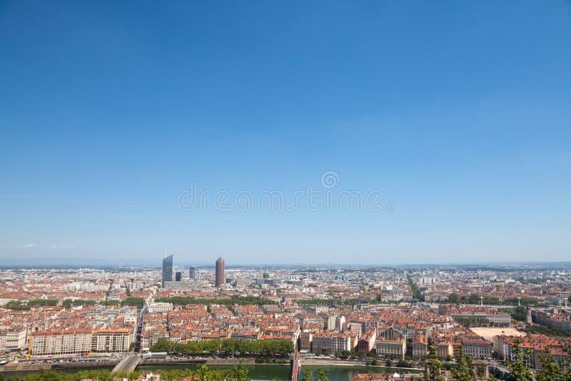 Luchtpanorama van Lyon met de horizon van de wolkenkrabbers van Lyon zichtbaar in achtergrond en Saone-rivier in de voorgrond royalty-vrije stock fotografie