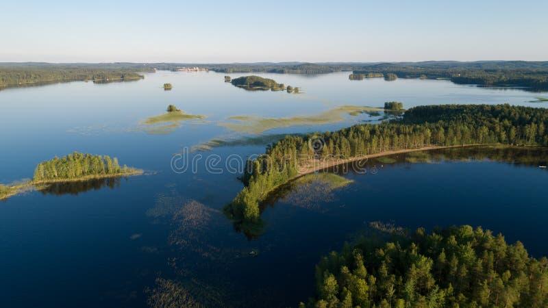Luchtpanorama van mooie eilanden en het strand op het meer Mammenselka finland stock afbeeldingen