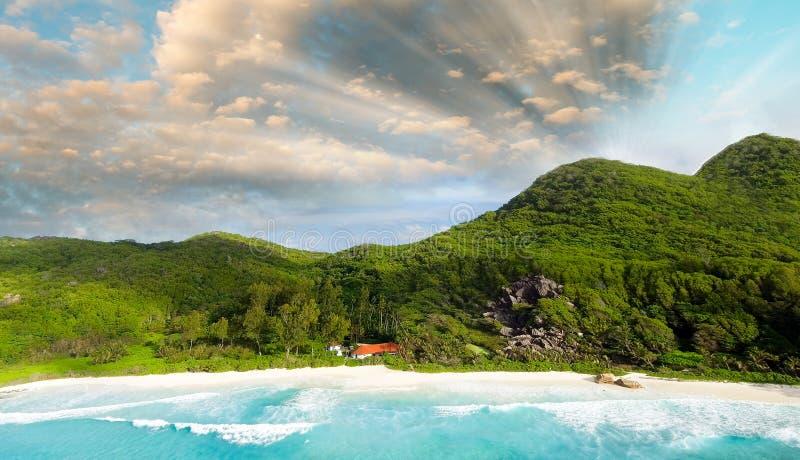 Luchtpanorama van mooie tropische strand en vegetatie stock fotografie