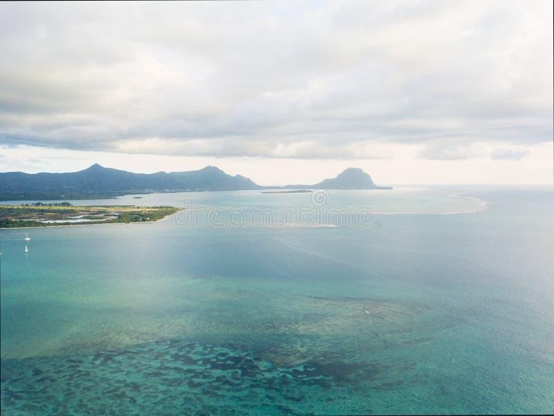 Luchtpanorama van oceaan en bergen Mauritius stock foto