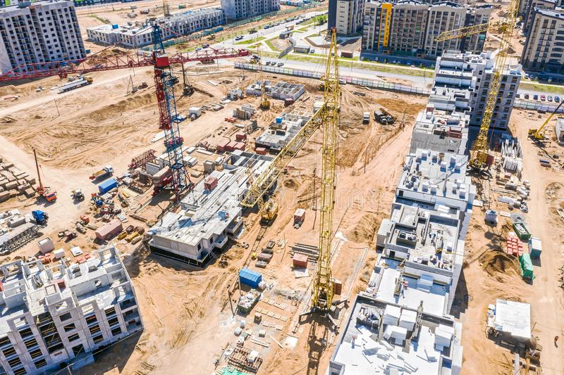 Luchtpanorama van stadsbouwwerf met torenkranen en andere de bouwmachines stock foto's