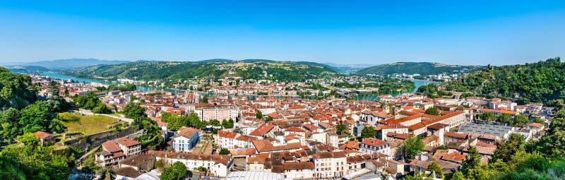 Luchtpanorama van Wenen met de rivier van de Rhône in Frankrijk stock foto's