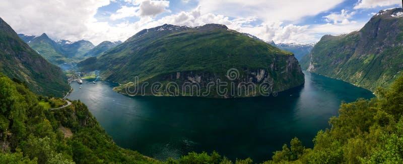 Luchtpanoramamening aan Geiranger-fjord van Trollstigen, Noorwegen stock fotografie