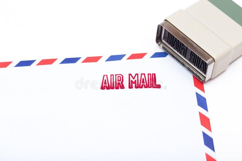 Luchtpost op de envelop wordt gestempeld die royalty-vrije stock afbeeldingen
