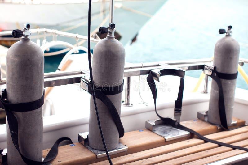 Luchttanks voor duikers op de boot royalty-vrije stock afbeeldingen