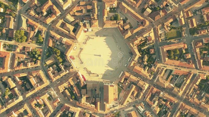 Luchttop down mening van betegelde daken van symmetrische Palmanova-stad, Italië royalty-vrije stock foto