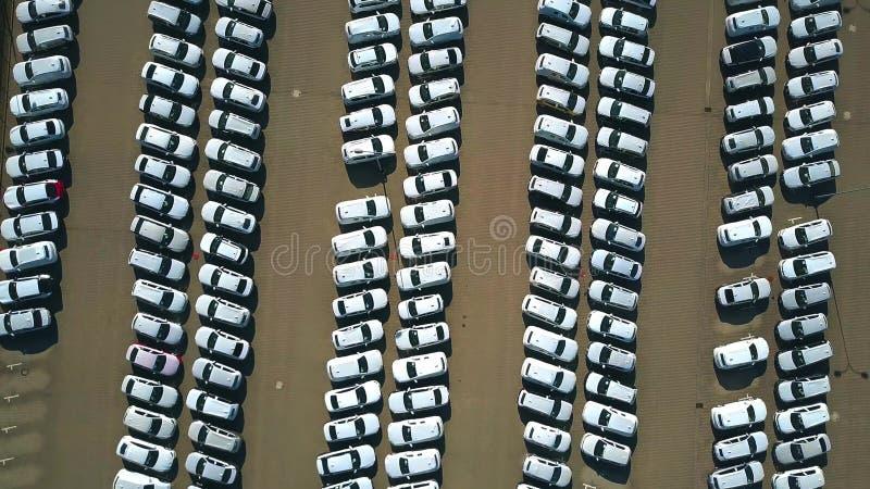 Luchttop down mening van een groot nieuw autopakhuis stock afbeelding