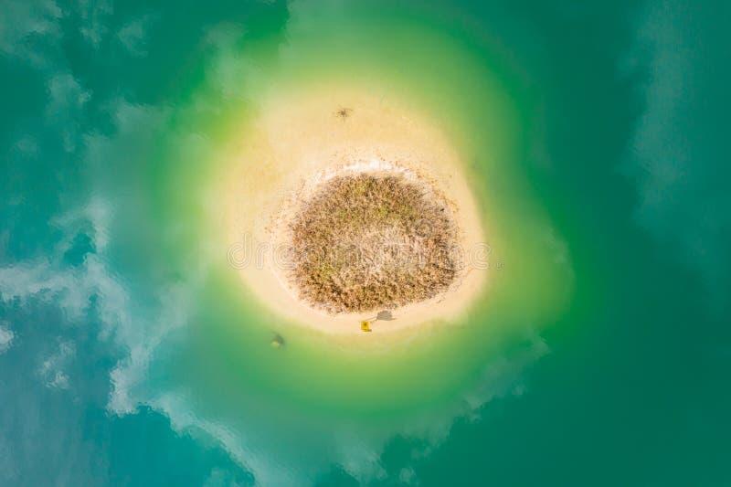 Luchttop down mening van klein eiland De mening van het vogelsoog van mooie groene wateren van meer polen stock fotografie