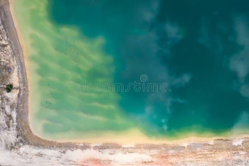 Luchttop down mening van mooie groene wateren van meer polen royalty-vrije stock afbeeldingen