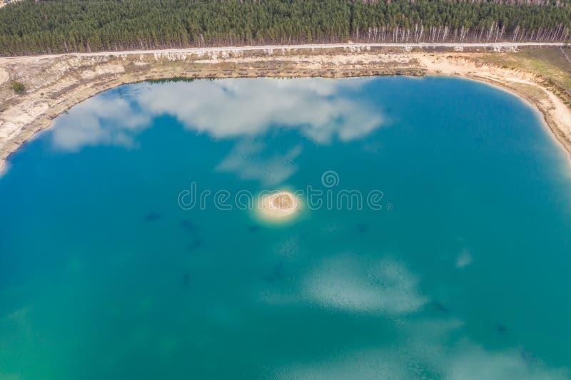 Luchttop down mening van mooie groene wateren van meer polen royalty-vrije stock fotografie