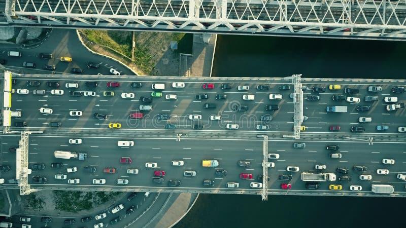 Luchttop down mening van opstopping op een autobrug en een bewegende trein royalty-vrije stock foto's