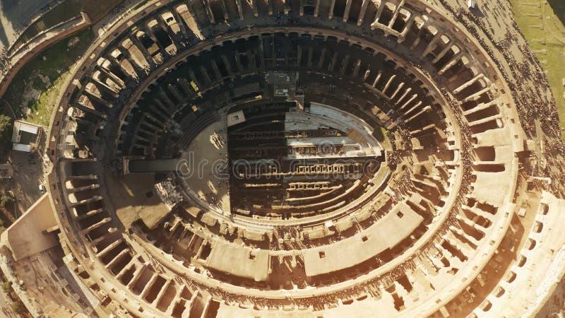 Luchttop down mening van overvolle Colosseum of Coliseum amphitheatre in Rome, hoofdoriëntatiepunt van de stad en Italië royalty-vrije stock fotografie