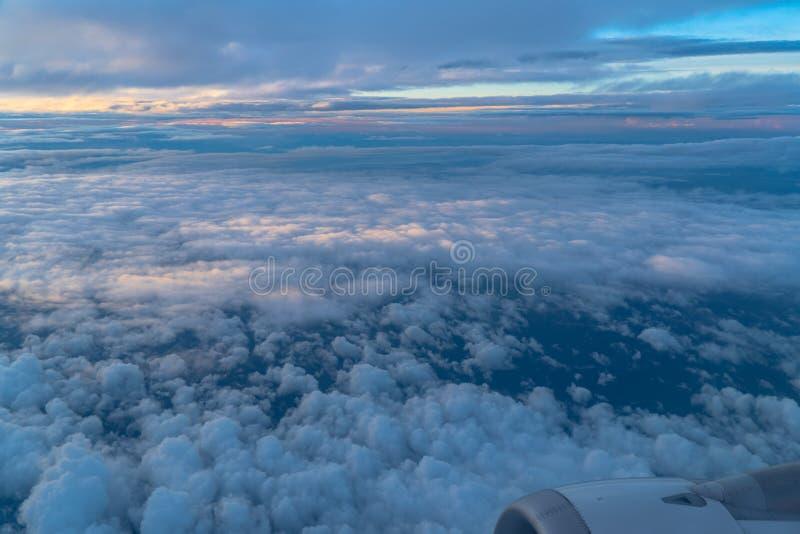 Luchtuitzicht vanuit het vliegtuigraam Beauful halo in de lucht stock foto's