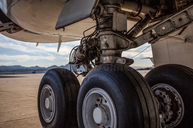 Luchtvaart: Reusachtige vliegtuigwielen met zwarte banden op tarmac royalty-vrije stock foto