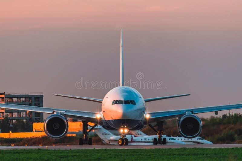 Luchtvaartlijnen van Boeing 777-200er Transaero stijgen de baan bij de luchthaven op stock fotografie