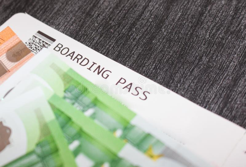 Luchtvaartlijnkaartjes en geld op de lijst Euro bankbiljetten en instapkaart Het concept het kopen van het kaartje voor reis stock fotografie