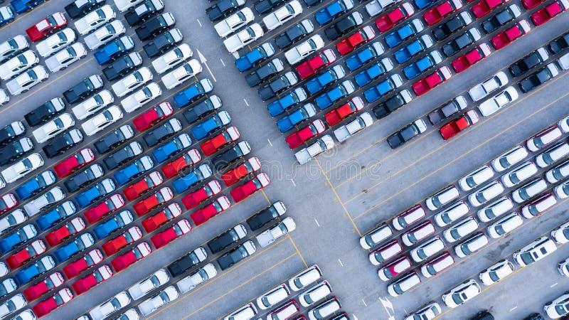 Luchtvaartweergave nieuwe auto's te koop, voorraadrij, New Cars dealervoorraad import export business logistiek wereldwijd stock afbeelding